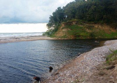 Pāvilosta - Labrags: Rīva izlauzusies cauri kāpai, lai tiktu līdz jūrai