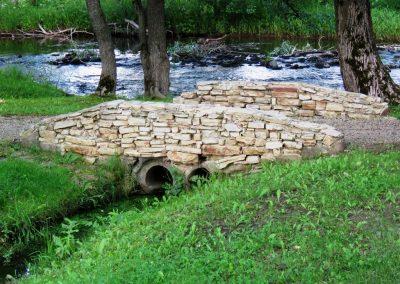 Dolomīts redzams ne tikai upē, bet arī apkaimes apbūvē