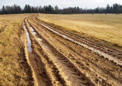 Pavasaros un lietainās vasarās ceļš var būt varen slidens un dubļains